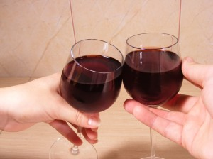Hands-Holding-Wine-Glasses_93437-1024x768